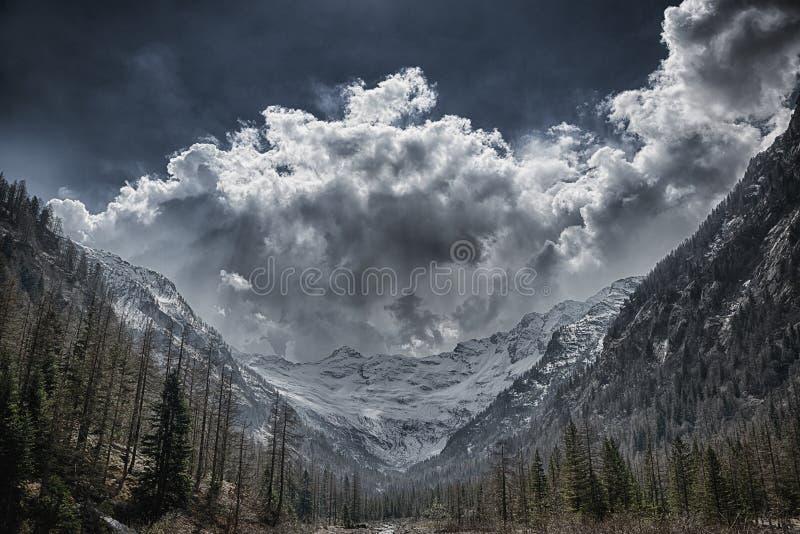 Vale, geleira e nuvens de tempestade no fundo fotos de stock