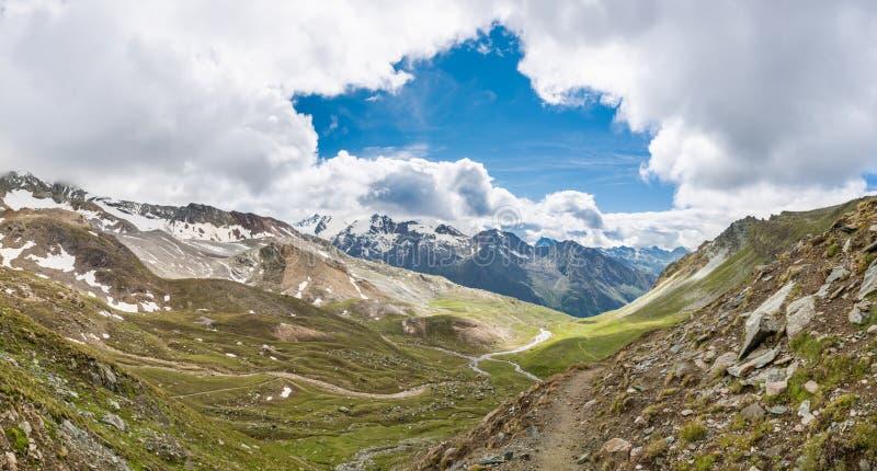 Vale idílico da montanha com abertura no céu fotografia de stock