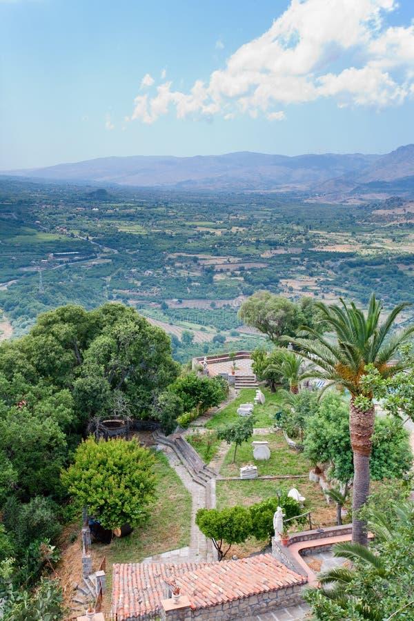 Vale italiano velho da jarda e da montanha imagens de stock royalty free