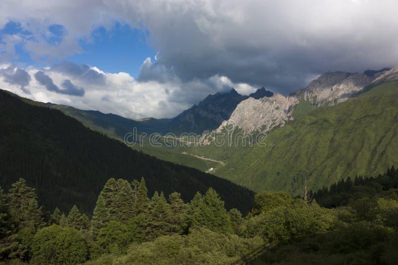 Vale majestoso da montanha no ¼ ŒHuanglong do morningï cênico fotografia de stock royalty free