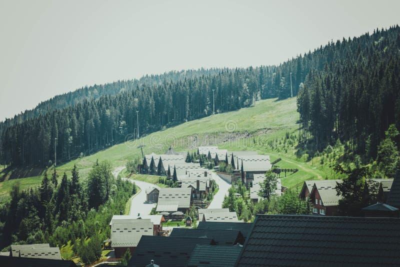 Vale nas montanhas A cidade é cercada por montanhas imagens de stock