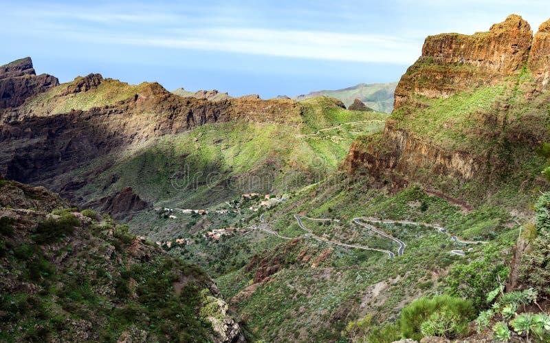 Vale rochoso verde da cidade de Masca na ilha de Tenerife, Espanha foto de stock