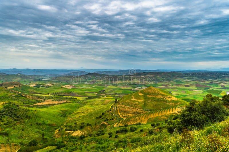 Vale siciliano verde com um Cloudscape maravilhoso, Mazzarino, Caltanissetta, Sicília, Itália, Europa foto de stock