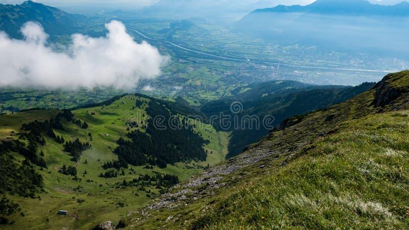 Vale suíço das montanhas fotografia de stock