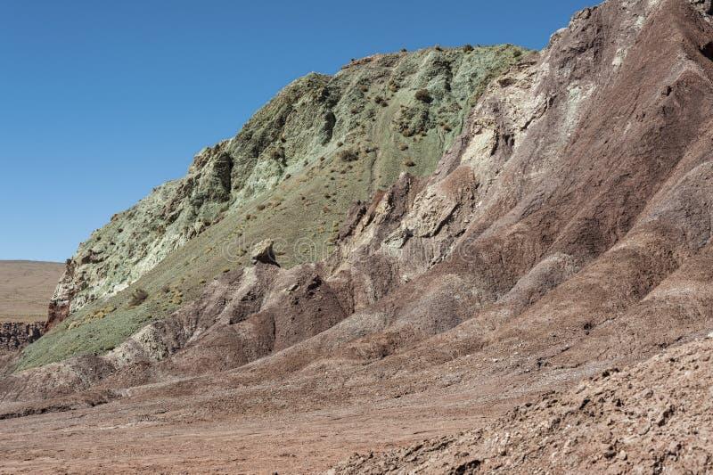 Vale Valle Arcoiris do arco-íris, no deserto de Atacama no Chile As rochas ricas minerais das montanhas de Domeyko dão o vale t imagens de stock royalty free