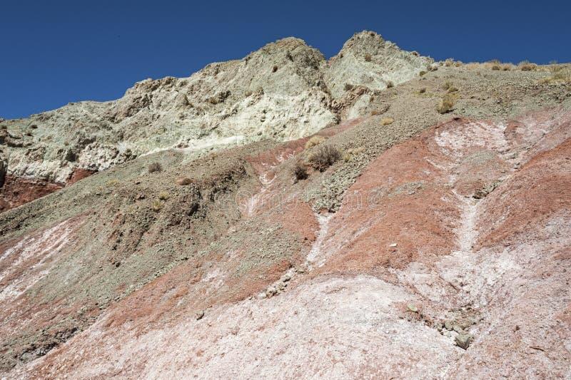 Vale Valle Arcoiris do arco-íris, no deserto de Atacama no Chile As rochas ricas minerais das montanhas de Domeyko dão o vale t fotos de stock