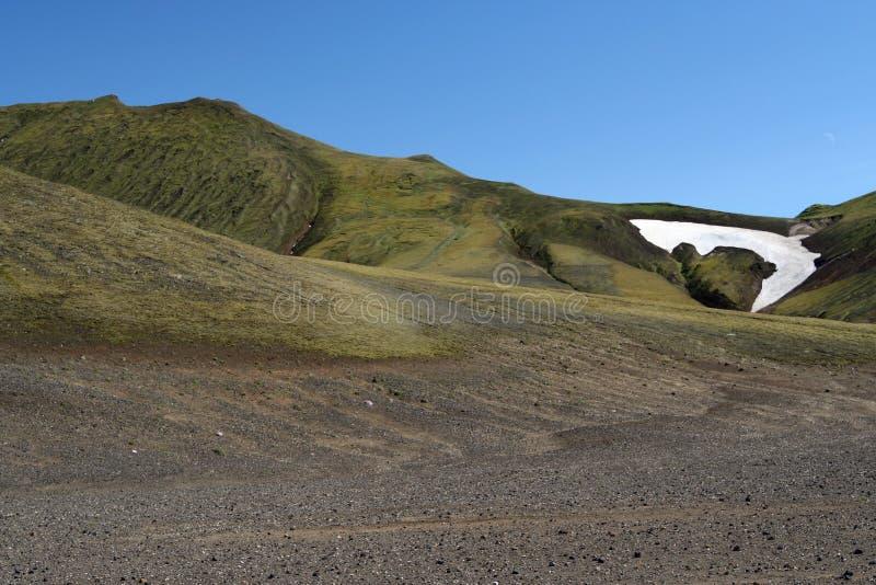 Vale vulcânico seco estéril cinzento e preto com o ponto branco da neve derretida, em torno de Grábrók, Islândia fotos de stock