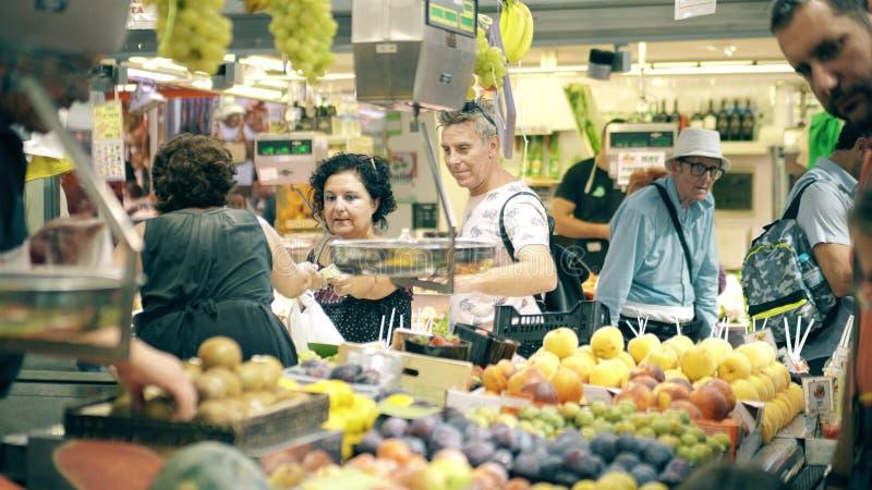 VALENCE, ESPAGNE - 22 SEPTEMBRE 2018 Les clients achètent le fruit à la stalle du marché central ou central célèbre de Mercado photographie stock libre de droits