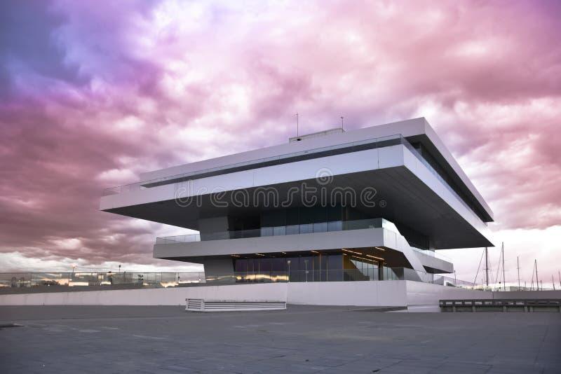 VALENCIA, ESPAÑA - 20 DE ENERO DE 2016: El edificio de Fodereck en el puerto de Valencia Hogar del 33ro evento de la navegación d imagen de archivo