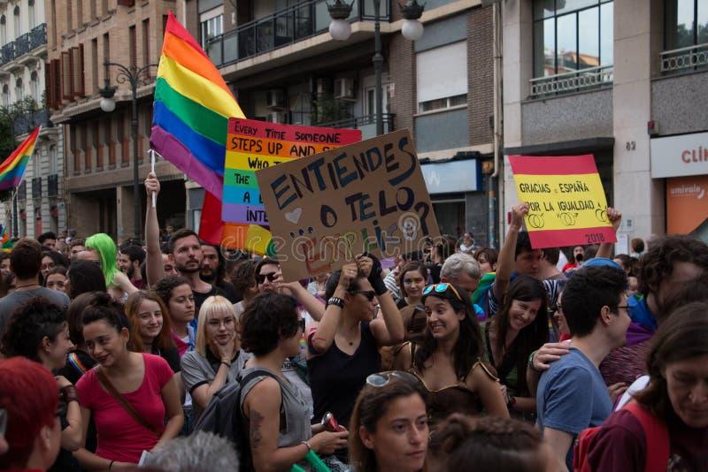 Valencia, Spagna - 16 giugno 2018: La gente che tiene le insegne nella parata di gay pride immagini stock libere da diritti