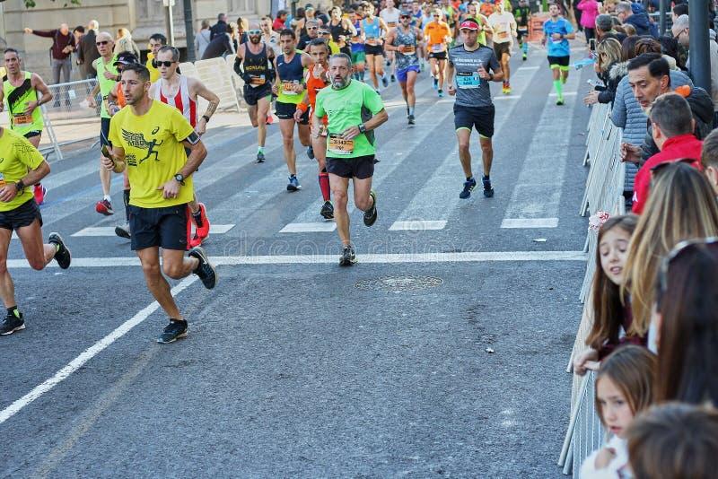 VALENCIA SPANIEN - DECEMBER 02: Löpare konkurrerar i XXXVIIIEN Valencia Marathon på December 18, 2018 i Valencia, Spanien royaltyfri foto
