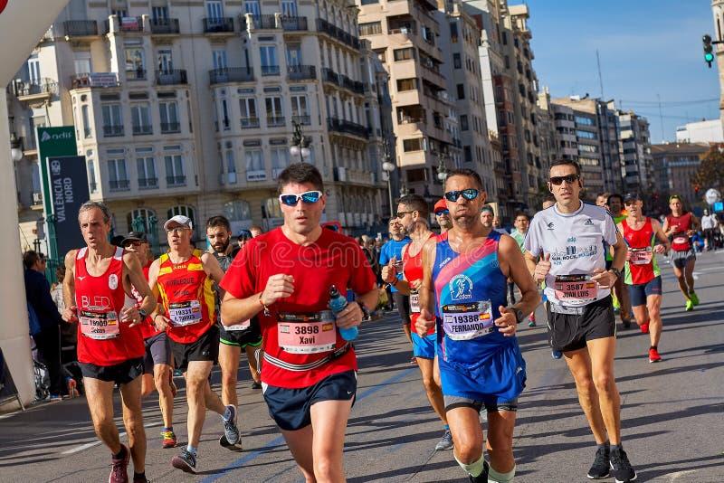 VALENCIA SPANIEN - DECEMBER 02: Löpare konkurrerar i XXXVIIIEN Valencia Marathon på December 18, 2018 i Valencia, Spanien royaltyfri bild
