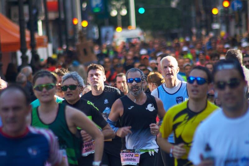 VALENCIA SPANIEN - DECEMBER 02: Löpare konkurrerar i XXXVIIIEN Valencia Marathon på December 18, 2018 i Valencia, Spanien royaltyfria foton