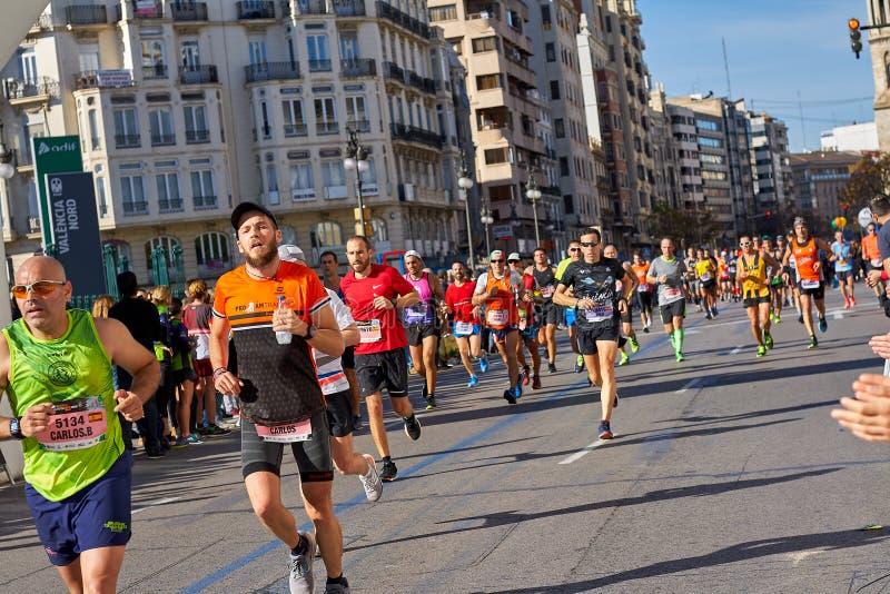 VALENCIA SPANIEN - DECEMBER 02: Löpare konkurrerar i XXXVIIIEN Valencia Marathon på December 18, 2018 i Valencia, Spanien fotografering för bildbyråer