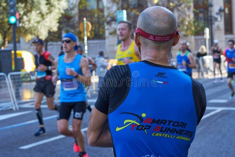 VALENCIA SPANIEN - DECEMBER 02: Löpare konkurrerar i XXXVIIIEN Valencia Marathon på December 18, 2018 i Valencia, Spanien arkivfoton