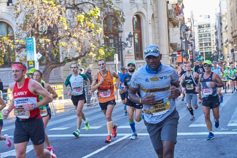 VALENCIA SPANIEN - DECEMBER 02: Löpare konkurrerar i XXXVIIIEN Valencia Marathon på December 18, 2018 i Valencia, Spanien arkivbilder