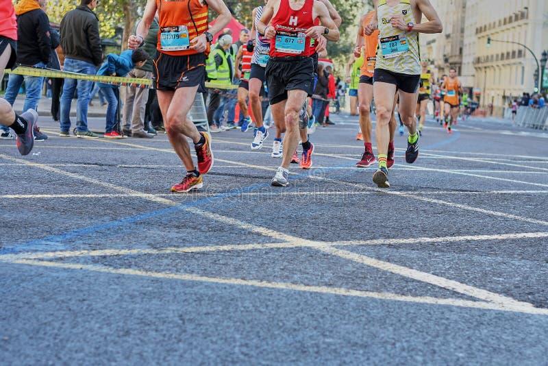 VALENCIA SPANIEN - DECEMBER 02: Löpare konkurrerar i XXXVIIIEN Valencia Marathon på December 18, 2018 i Valencia, Spanien royaltyfria bilder