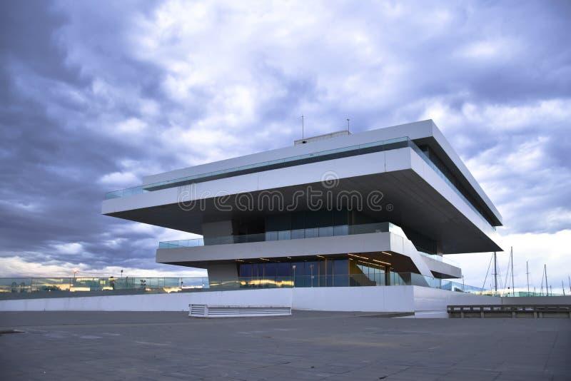 VALENCIA, SPANIEN - 20. JANUAR 2016: Das Fodereck-Gebäude im Hafen von Valencia Haus des 33. Amerika-` s Schalen-Segelnereignisse lizenzfreie stockfotografie