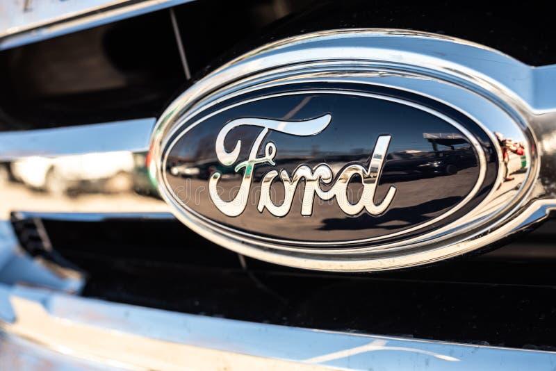 Valencia Spanien - Januari 13, 2019: Logo av bilproducenten Ford i ett parkerat medel royaltyfri bild