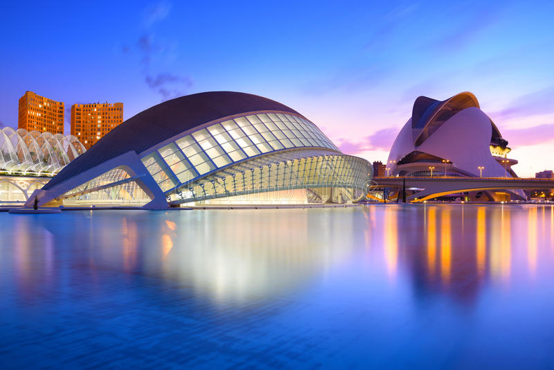 Valencia, Spanien - 31. Juli 2016: Die Stadt der Künste und der Wissenschaften und seiner Reflexion im Wasser an der Dämmerung Di stockbilder