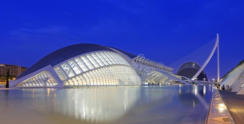 VALENCIA, SPANIEN - 24. JULI 2017: SofÃa-Gebäude Reina EL Palau de Les Arts mit Reflexionen an der Dämmerung lizenzfreie stockfotos