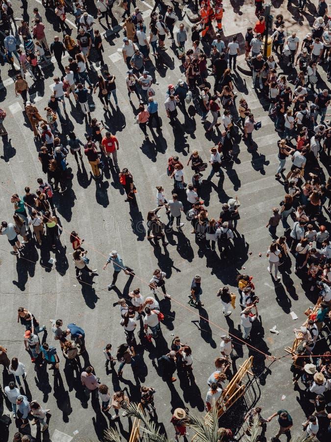 Valencia - Spanien, am 17. März 2019: Menge von Leuten durch die Straßen von Valencia in Fallas-Menge von den Leuten, welche die  stockfotografie
