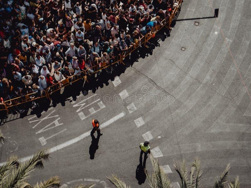 Valencia - Spanien, mars 17, 2019: Folkmassa av folk till och med gatorna av Valencia i Fallas arkivfoto