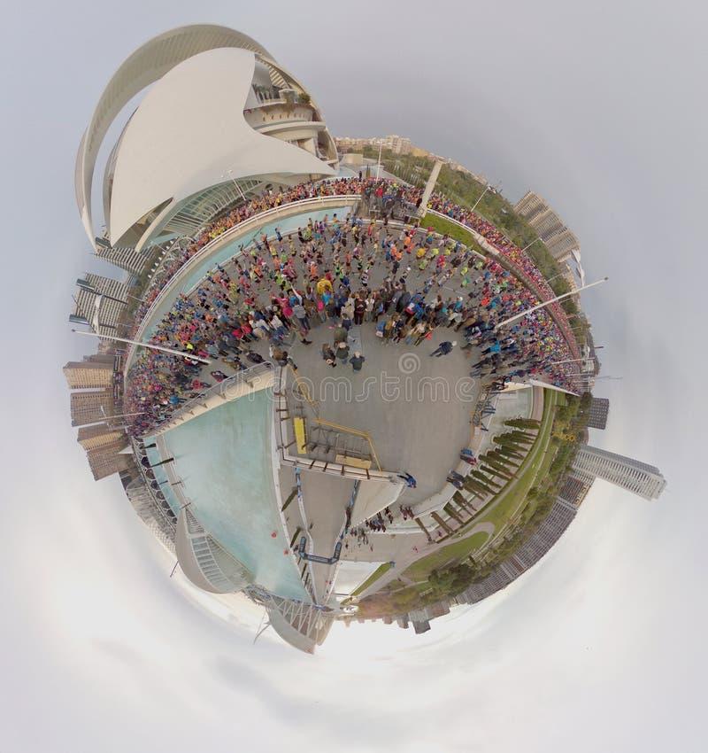 VALENCIA SPANIEN - NOVEMBER 20, 2016: Flera löpare som startar maraton på startlinjen som kör den lilla planeten, November royaltyfri fotografi