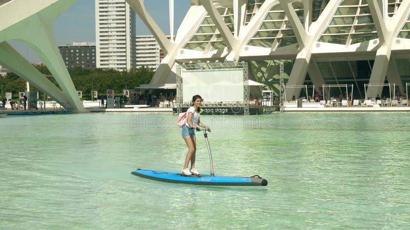 VALENCIA SPANIEN - SEPTEMBER 23, 2018 Härlig flicka som rider vattencykeln royaltyfri bild