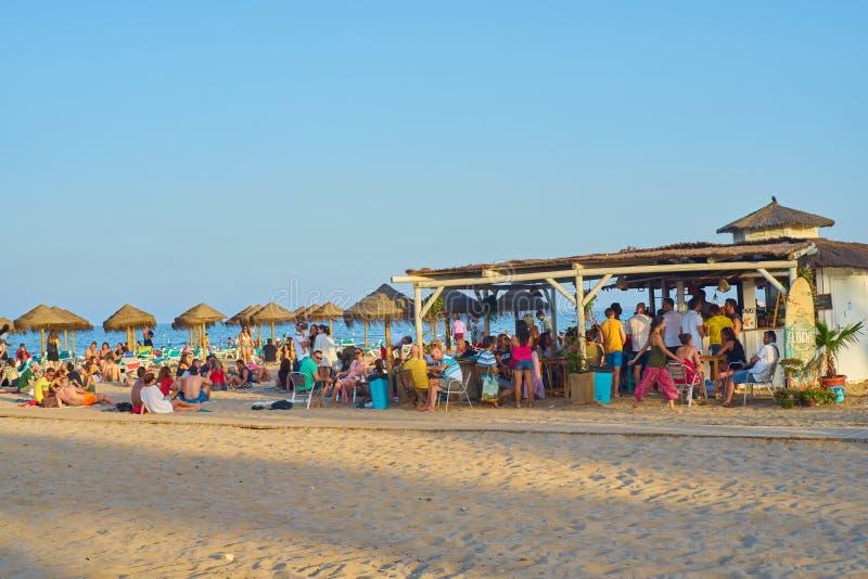 Valencia, Spanien, 06/30/2019 Strandbar Patacona De Alboraya im Sommer mit den Leuten, welche die Sonne und das Wasser genießen V stockfoto