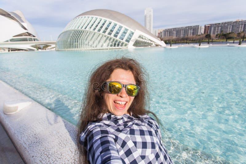 Valencia, Spanje, 01 Januari, 2018, Jonge vrouw maakt selfie op de achtergrond van het Hemisferic-gebouw in Stad van stock foto