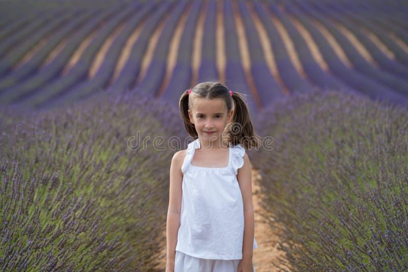 Valensole, Frankrijk Meisje op lavendelgebied stock fotografie