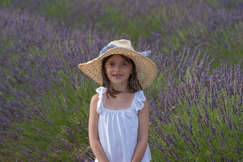 Valensole, Frankrijk Meisje op lavendelgebied royalty-vrije stock foto