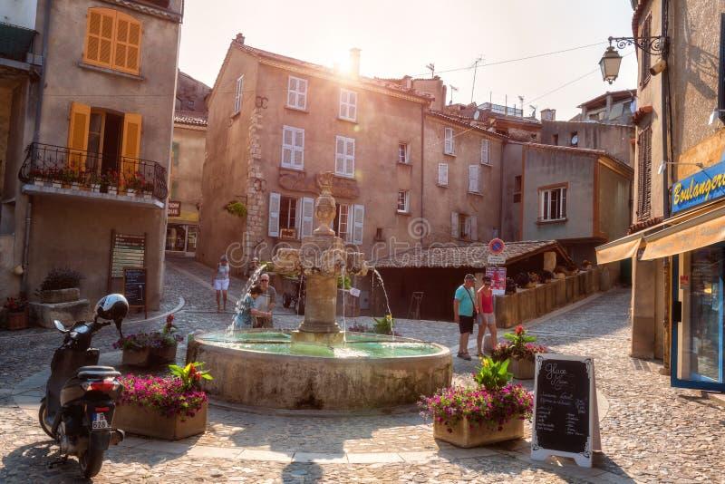 VALENSOLE, PROVENCE, FRANCIA - 8 DE JULIO DE 2015: Centro de la pequeña ciudad francesa acogedora en el corazón de Provence, Fran foto de archivo