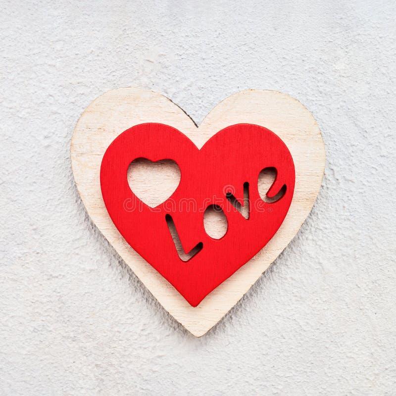 Valentijnsdag achtergrond met houten harten op een betonnen achtergrond, bovenaanzicht Valentines Day-concept stock fotografie