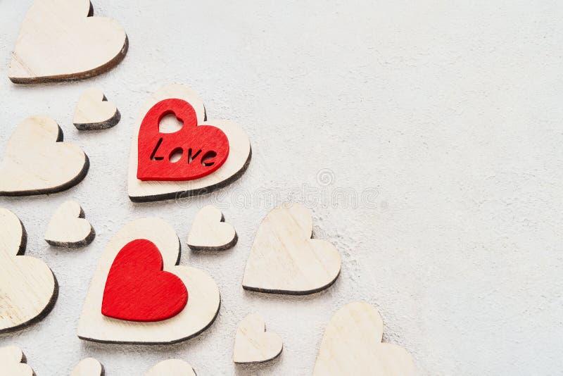 Valentijnsdag achtergrond met houten harten op een betonnen achtergrond, bovenaanzicht Valentines Day-concept Kopieerruimte royalty-vrije stock foto's