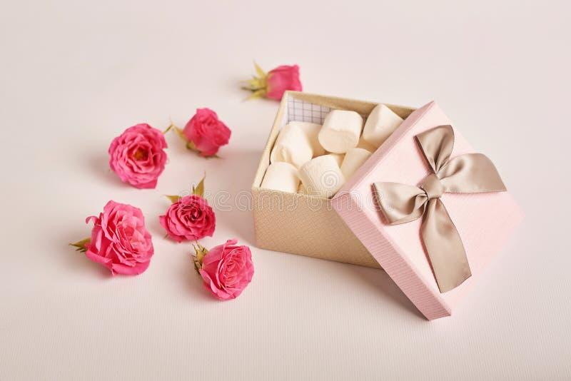 Valentijnsdagsamenstellingsroze cadeaudoos met bloemen Valentine-kaart Sjabloon voor Greeting Ruimte voor tekst Begrip gelukkig royalty-vrije stock foto's