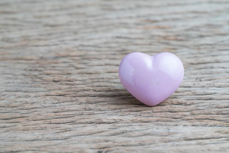 Valentijnskaarten of huwelijksachtergrond met roze hartvorm op houten royalty-vrije stock afbeelding