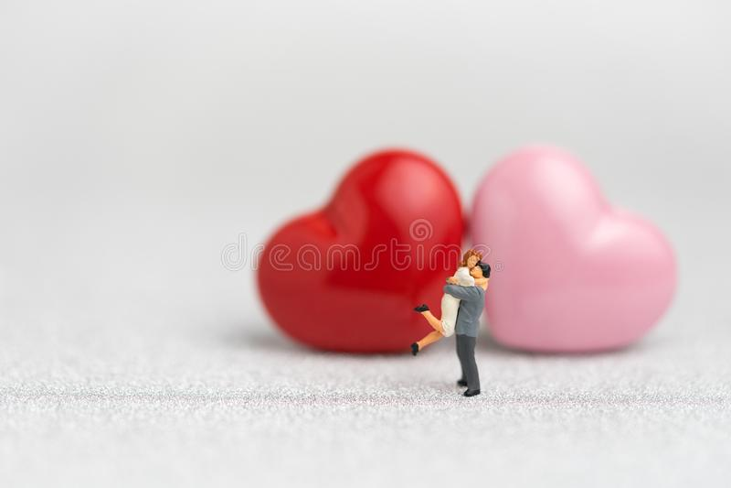 Valentijnskaarten of huwelijkskaart en achtergrond door miniatuurmensen sw stock foto
