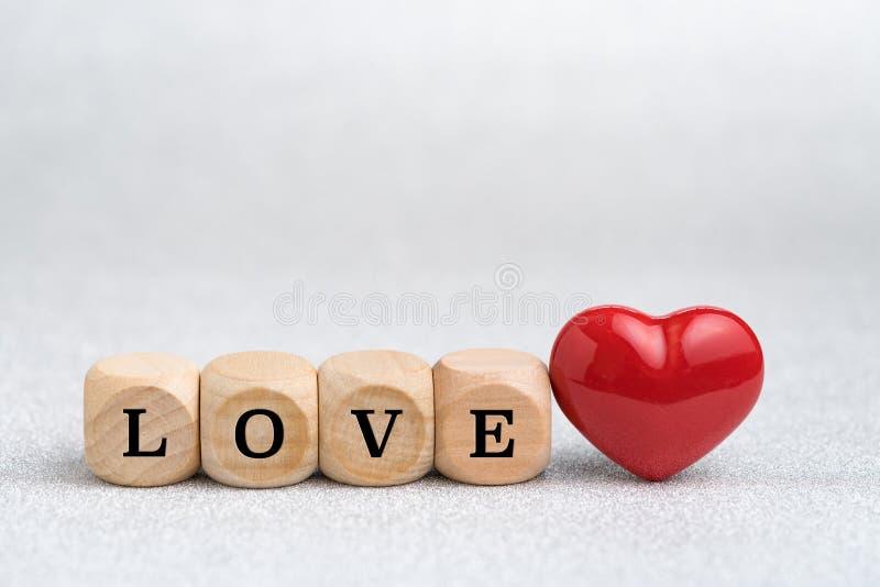 Valentijnskaarten of mooie huwelijkskaart en achtergrond door houten blok stock afbeeldingen