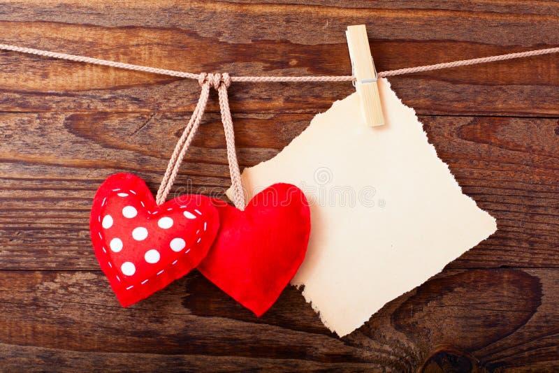 Valentijnskaarten Uitstekende Met de hand gemaakte Harten over Houten royalty-vrije stock foto's