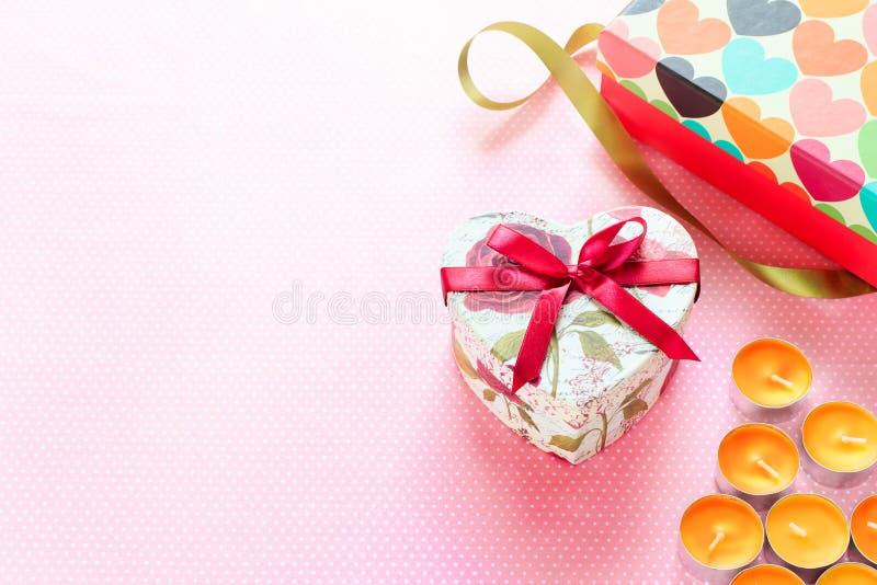 Valentijnskaartendag en Hart gestalte gegeven giftdoos De achtergrond van de vakantie royalty-vrije stock foto's