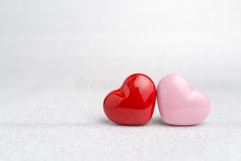 Download Valentijnskaartenkaart Of Achtergrond Met Rode En Roze Hartvormen Stock Afbeelding - Afbeelding bestaande uit liefde, schitter: 107708193
