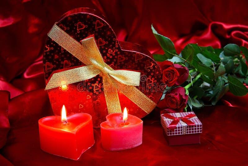 Valentijnskaartenkaart met rode rozen stock afbeeldingen