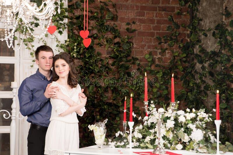Valentim, amor e relacionamento Ternura Pares, amiga e noivo novos imagem de stock royalty free