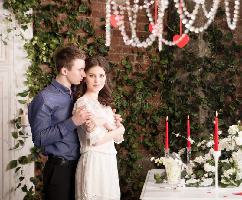 Valentim, amor e relacionamento Ternura Pares, amiga e noivo novos foto de stock royalty free