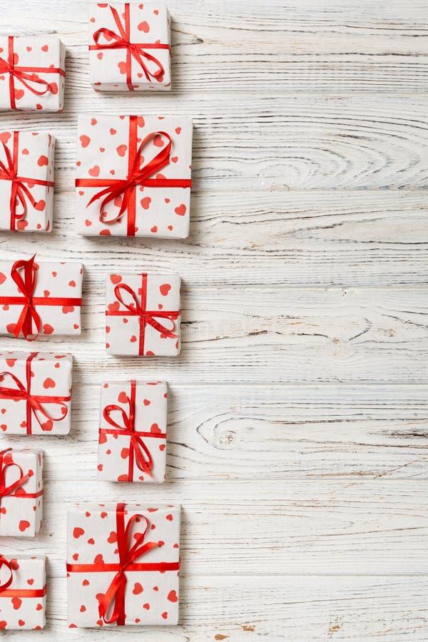 Valentim ou o outro conceito dos feriados Lotes das caixas de presente na opinião superior do fundo de madeira Presentes no papel fotografia de stock royalty free