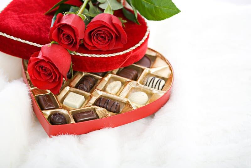 Valentim: Rosas vermelhas na caixa dos doces do coração fotografia de stock