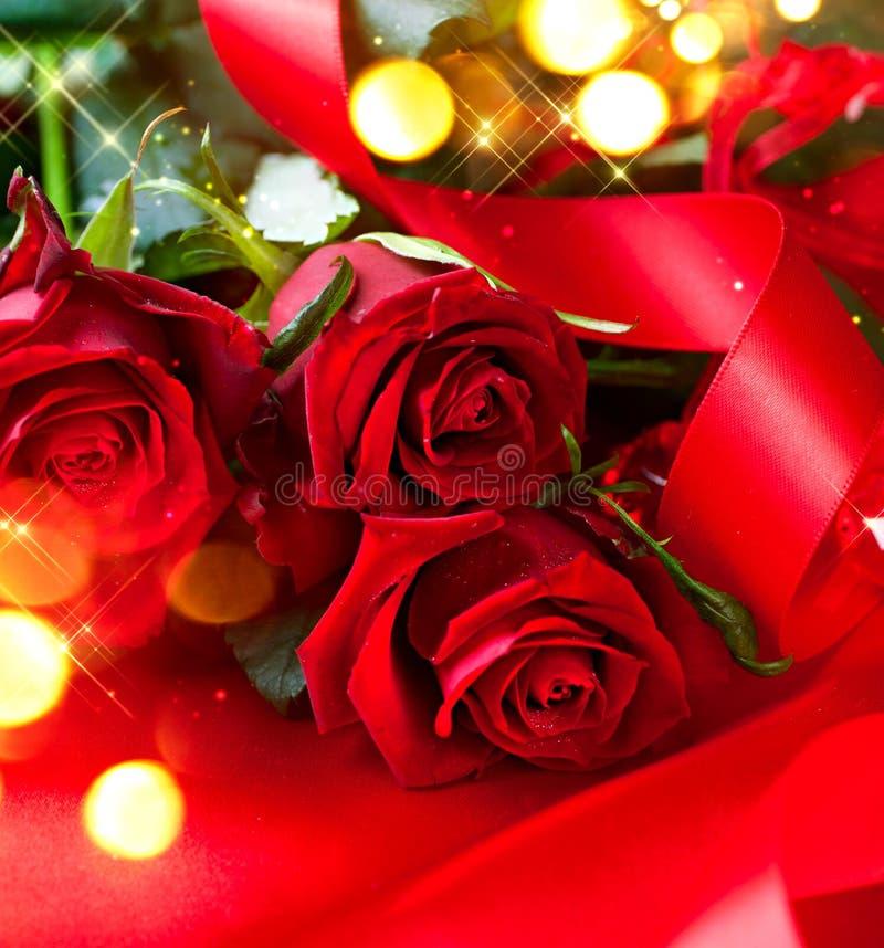 Valentin bukett för röda rosor för dag över silke royaltyfri foto