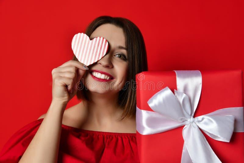 Valentin dag - drömma den gulliga kvinnan royaltyfri foto